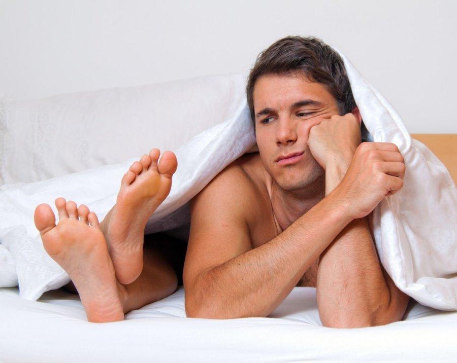 diskomfortas erekcijos metu nuogi vyrai su mažomis varpomis